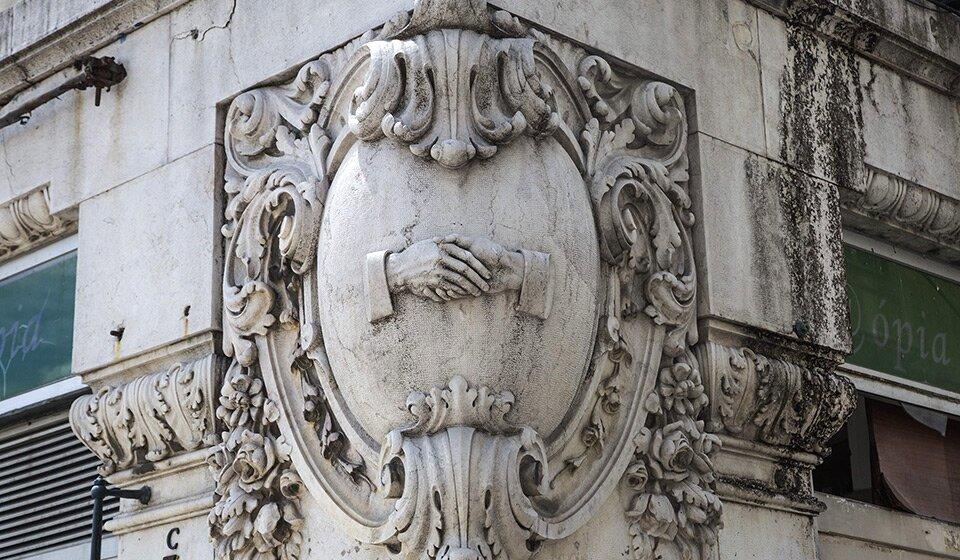 Секретное рукопожатие масонов на Praça da Figueira. Фото Patricia Amaral, Observador
