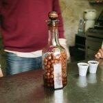 Бутылка жинжи в Ginjinha Espinheira. Фото Frances Ellen