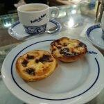 Pasteis de Belém и кофе на стойке знаменитой фабрики