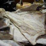Тушка соленой сушеной трески на рынке. Фото Bianca Bueno